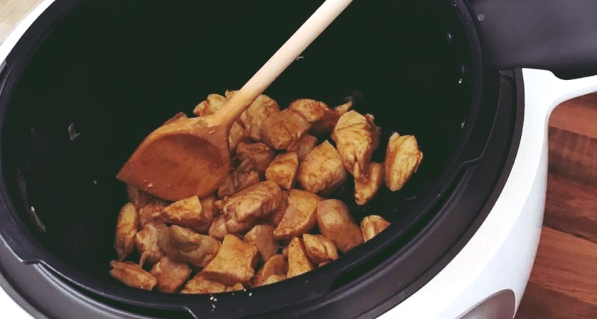 Sobald das Hähnchen angebraten ist, kann man zum nächsten Kochschritt übergehen.