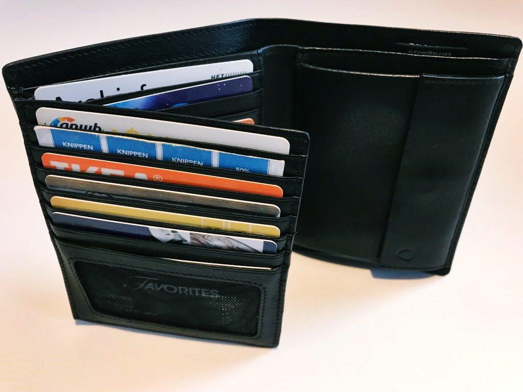 Die Strellson Geldbörse Carter bietet ausreichend Platz für Karten dank vieler Kartenfächer.